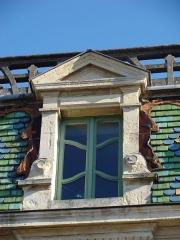 Pharmacie Lesage - Français:   Fenêtre et toiture en façade de l'officine Art Nouveau (1901)