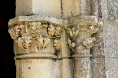 Eglise - Français:   Chapiteaux feuillagés du portail d\'entrée de l\'église Saint-Pierre à Ellon (Calvados)