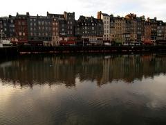 Maison - Français:   Quai Sainte-Catherine; les maisons du n°32 (PA00111420, à droite) au n°68 (PA00111419, l\'Abricotier) sont inscrites MH depuis 1933. Rarement sans ses bateaux, retirés pour l\'entretien du bassin du Port.