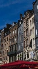 Maison - Français:   Façades de maisons du vieux bassin d\'Honfleur, ville située dans le département du Calvados