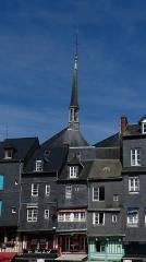 Maison - Français:   Maisons du vieux bassin et clocher de l\'église Sainte Catherine à Honfleur, ville située dans le département du Calvados