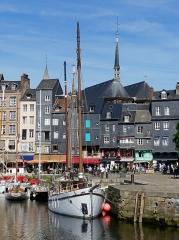 Maison - Français:   Maisons du vieux bassin et clocher de l\'église Sainte-Catherine à Honfleur, ville située dans le département du Calvados