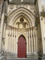 Eglise Saint-Pierre, ancienne cathédrale - Lisieux (Normandie, France). Portail occidental gauche de la cathédrale Saint-Pierre.