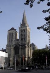 Eglise Saint-Pierre, ancienne cathédrale -  Cathédrale Saint-Pierre de fr:Lisieux, façade en plan large, tours de la façade visibles