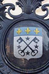 Hôtel de ville - Français:   Armoiries de la ville sur le portail de l\'hôtel de ville de Lisieux.