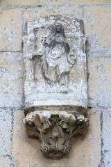 Eglise - Français:   Statue au dessus du porche d\'entrée de l\'église Saint-Vigor de Louvigny (Calvados)