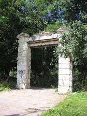 Porte du 17e siècle - Français:   Porte du XVIIe à Louvigny (Calvados, France), inscrite à l\'inventaire supplémentaire des monuments historiques (ISMH, 17/02/1928)
