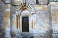Eglise - Français:   Portail latéral sud surmonté d\'un bandeau couvert d\'étoiles et d\'un écusson, église Notre-Dame d\'Ouville-la-Bien-Tournée (Calvados)