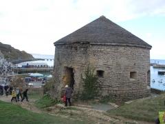 Tour Vauban à Port-en-Bessin - Français:   Tour Vauban du Port-en-Bessin-Huppain devant l\'avant-port