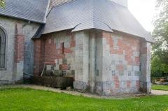 Eglise - Français:  Base du clocher de l'église Saint-Sébastien de Préaux-Saint-Sébastien (France).