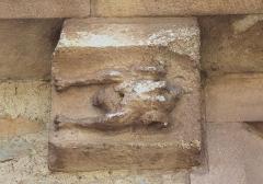 Eglise - Français:   Modillon (poulet) sur l\'église Saint-Quentin de Soumont-Saint-Quentin (Calvados)