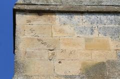 Eglise - Français:   Vestiges d\'un cadran solaire avec chiffres romains sur un contrefort de l\'église Saint-Quentin de Soumont-Saint-Quentin (Calvados)