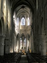 Eglise Notre-Dame -  Vire(Normandie, France). L'église Notre-Dame: vue vers le chœur et l'abside.