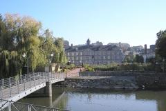 Ancien Hôtel-Dieu -  Vire (Normandie, France). La Vire à l' «écluse» et l'ancien Hôtel-Dieu abritant le Musée de Vire.