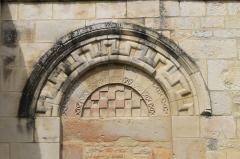 Ancien manoir de l'abbaye du Mont-Saint-Michel, dit Ferme de la Baronnerie - Français:   Porte romane, vestige de l\'église Saint-Pierre sur le mur du cimetière du Domaine de la Baronnie à Bretteville-sur-Odon (Calvados)