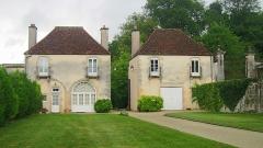 Château de Tavannes - Français:   L\'entrée du château de Tavannes et ses deux pavillons (inscrits M.H. 1988 PA00112052)