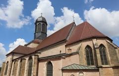 Ancien prieuré - Français:   Église Saint-Laurent d\'Arnay-le-Duc (21). Extérieur. Chevet et flanc sud.