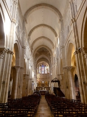 Eglise Notre-Dame et son presbytère - English: Inside sight of the nave of Notre-Dame de Beaune basilica, in Beaune, Côte-d'Or, France.