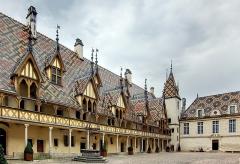 Hôtel-Dieu ou Hospices civils de Beaune - Français:   La cour de l\'Hôtel-Dieu de Beaune (1443).