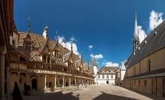 Hôtel-Dieu ou Hospices civils de Beaune - Deutsch:   Innenhof des Hôtel-Dieu in Beaune, Frankreich (1443)