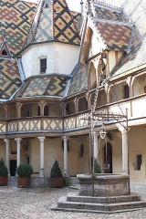 Hôtel-Dieu ou Hospices civils de Beaune - This building is indexed in the Base Mérimée, a database of architectural heritage maintained by the French Ministry of Culture, under the reference PA00112112 .
