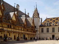 Hôtel-Dieu ou Hospices civils de Beaune - This building is classé au titre des Monuments Historiques. It is indexed in the Base Mérimée, a database of architectural heritage maintained by the French Ministry of Culture,under the reference PA00112112 .