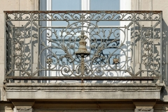 Hôtel de la Cloche - Français:   Détail d\'un balcon de la façade du Grand hôtel la cloche, place Darcy à Dijon (France)