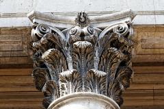Théâtre - Français:   Le chapiteau d\'une des colonnes du théâtre de Dijon en Côte d\'Or.