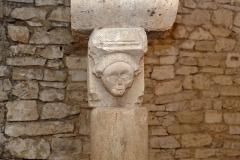 Ancienne abbatiale Saint-Pierre de Flavigny - Français:   Chapiteau, (réemploi gallo-romain ou époque gothique), dans la crypte de l\'abbaye Saint-Pierre de Flavigny-sur-Ozerain (Côte d\'Or, Bourgogne-Franche-Comté, France).