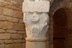 Ancienne abbatiale Saint-Pierre de Flavigny - Français:   Chapiteau carolingien, palmette et fleuron, dans la crypte de l\'abbaye Saint-Pierre de Flavigny-sur-Ozerain (Côte d\'Or, Bourgogne-Franche-Comté, France).