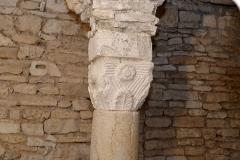 Ancienne abbatiale Saint-Pierre de Flavigny - Chapiteau carolingien, palmette et fleuron, dans la crypte de l'abbaye Saint-Pierre de Flavigny-sur-Ozerain (Côte d'Or, Bourgogne-Franche-Comté, France).