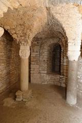 Ancienne abbatiale Saint-Pierre de Flavigny - Confession, colonnes surmontées de chapiteaux dans la crypte de l'abbaye Saint-Pierre de Flavigny-sur-Ozerain (Côte d'Or, Bourgogne-Franche-Comté, France).