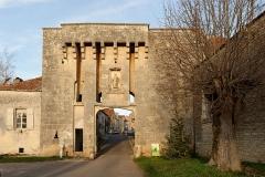 Portes de la ville - Français:   Porte du bourg du XVe siècle avec son ancien pont levis et ses mâchicoulis à Flavigny-sur-Ozerain (Côte d\'Or, Bourgogne-Franche-Comté, France).