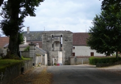 Vieille porte édifiée à l'entrée de la ville -  Grancey le château, la porte d'en haut