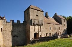 Château -  Marigny-le-Cahouët, Bourgogne, Côte-d'Or, le château de Marigny-le-Cahouët. Les douves sont alimentées par une branche de la Lochère, un affluent de la Brenne elle-même affluent de l'Armançon.