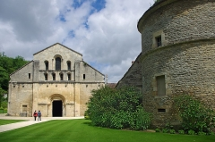 Abbaye de Fontenay -  L'abbaye de Fontenay. La façade ouest de l'église et le pigeonnier.