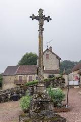 Croix - English: Cross in the cemetery of Sainte-Colombe-en-Auxois, France. Monument historique.