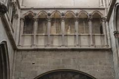 Eglise (collégiale) Notre-Dame - Intérieur de la collégiale Notre-Dame de Semur-en-Auxois (21). Triforium du transept.