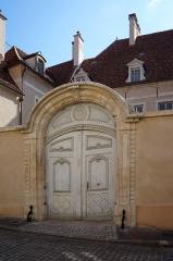 Hôtel particulier - Français:   Hôtel particulier du XVII° siècle, 5 rue Févret  Semur-en-Auxois Côte-d\'Or Bourgogne-Franche-Comté