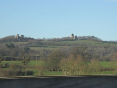 Château de Thil (ruines) - English: The hill of Thil-la-Ville seen from the on French highway A6.