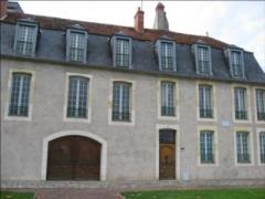 Immeuble - Français:   Cet immeuble du XVIIème siècle, situé à Nevers, est remarquable par son escalier, et sa rampe d\'appui en fer forgé.