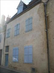 Maison - Français:   Cette maison du XVIème siècle, située à Nevers, est remarquable pour ses façades sur cour ainsi que la tourelle d\'escalier sur cour.