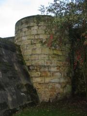 Remparts - Français:   Ces anciens remparts, à Nevers, s\'étendent de la Loire jusqu\'à la Porte du Croux, offrant un superbe sentier de promenade. Sur la photo on peut y découvrir particulièrement la \