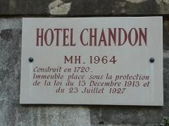 Hôtel Vantey -  Plaque de l'Hôtel Vantey dit Chandon, donnant sur la rue de la Préfecture, la rue de la Paix et la rue Bauderon-de-Senecé, à Mâcon (France).