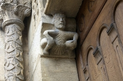 Eglise Saint-Hilaire -  Corbel in low relief supporting the lintel of the western porch.