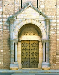 Ancienne abbaye Saint-Philibert - English: Main portal of the facade of