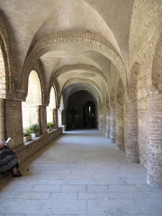Ancienne abbaye Saint-Philibert - English: Looking to the north in the western gallery of the cloister of the Saint-Philibert abbey in Tournus (Saône-et-Loire, France).