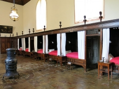Hôtel Dieu - English: Beds of the men hall of the Hôtel-Dieu in Tournus (Saône-et-Loire, France).