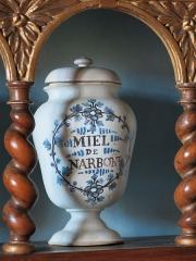 Hôtel Dieu - English: Honey pot in the apothecary of the Hôtel-Dieu in Tournus (Saône-et-Loire, France).