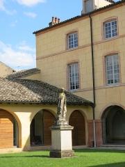 Hôtel Dieu - English: Sainte-Marthe statue of the Hôtel-Dieu in Tournus (Saône-et-Loire, France).